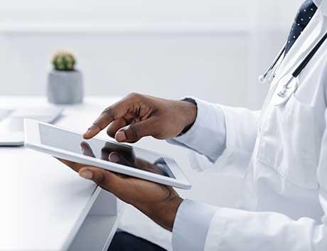 médico a fazer a gestão da sua clínica com o programa de gestão PHC
