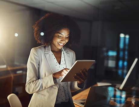 empresária a trabalhar com um tablet no escritório