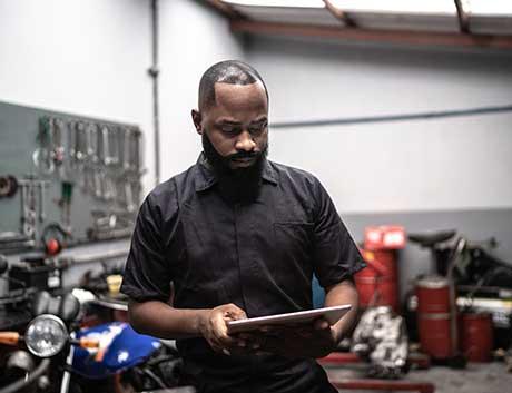 gestor de frotas automóveis a analisar dashboards no tablet