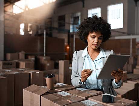 gestora num armazém a fazer a gestão de stocks com um software de gestão