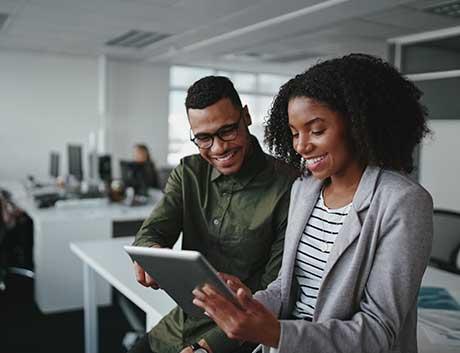 dois colegas a gerir informação num CRM