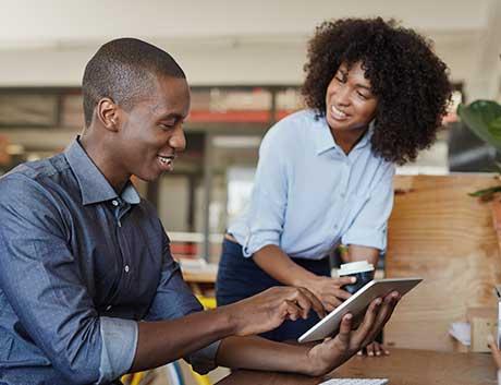 equipa a consultar dashboards no programa de gestão no tablet