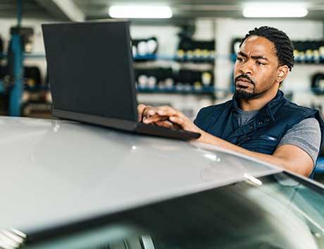 senhor a trabalhar com um software de gestão de frotas automóvel