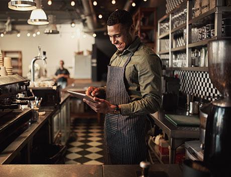 gerente de um restaurante a visualizar marcações no tablet