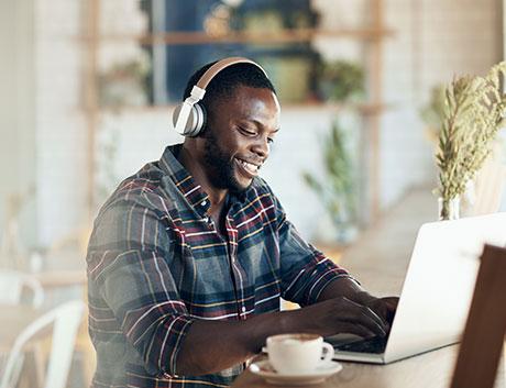 senhor a prestar suporte online através do seu computador