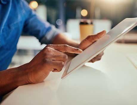 consulta de informação num tablet