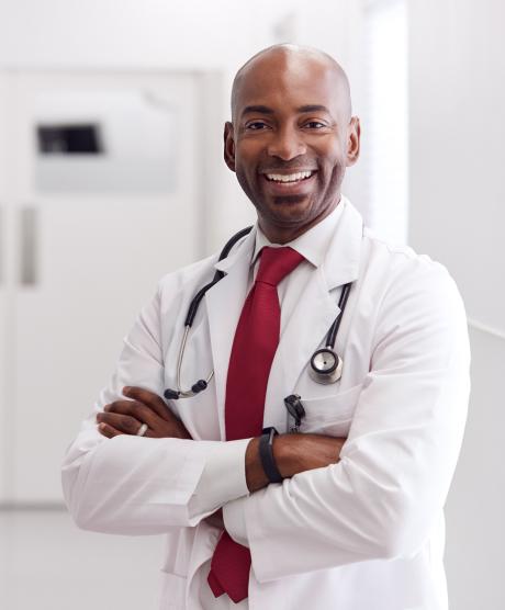 médico a sorrir