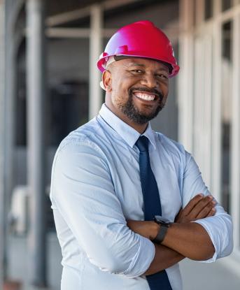 gestor de obras e orçamentos a sorrir