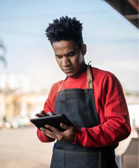 senhor a registar pedidos no tablet